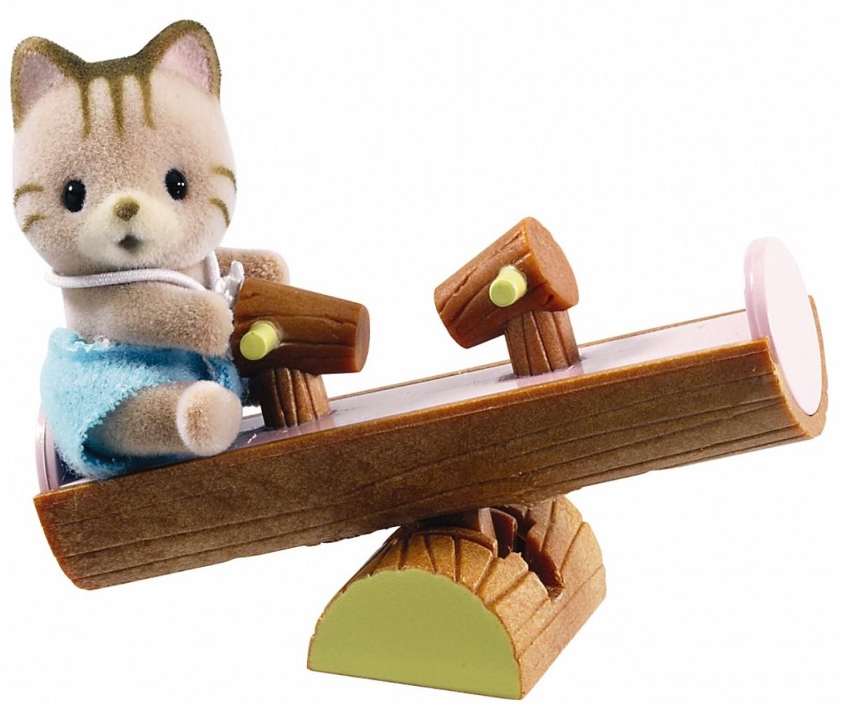 Игровой набор Sylvanian Families 3380 Младенец в пластиковом сундучке (кот на качелях)