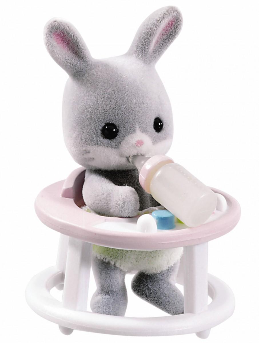 Игровой набор Sylvanian Families 3380 Младенец в пластиковом сундучке (кролик в ходунках)