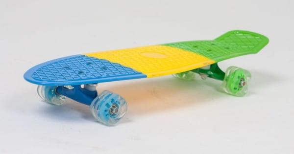 Скейт пластиковый трехцветный Moove and Fun 27х8