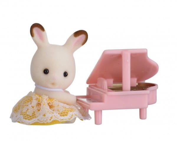 Игровой набор Sylvanian Families Младенец в пластиковом сундучке - кролик и рояль
