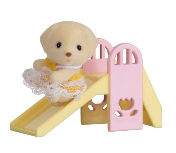 Игровой набор Sylvanian Families Младенец в пластиковом сундучке - собачка на горке