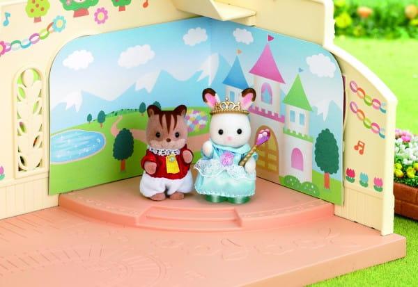 Купить Игровой набор Sylvanian Families Спектакль в детском саду в интернет магазине игрушек и детских товаров